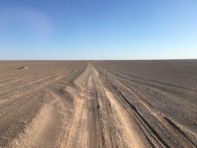 Piste zur Abbruchkante des Plateaus in der Wüste Lut