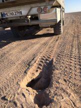 Fahren auf der Salzkruste: hier und an vielen anderen Stellen ist sie bereits eingebrochen und hat ein Loch hinterlassen