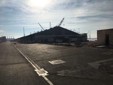 Vor dem großen Gebäude stehen links zwei Container; der rechts davon ist Yard 6