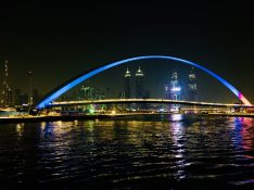 Die Tolerance Bridge mit Dubai Skyline by night - ganz links der Burj Khalifa