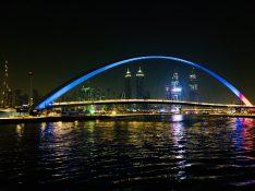 Die Tolerance Bridge mit Dubai Skyline by night - ganz links der Burj Khalifa