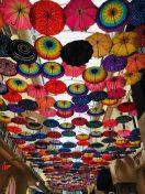 Bunte Regenschirme in der Dubai Mall