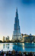 Auf der Brücke zum Souk Al Bahar an der Dubai Fountain mit Blick auf die Nadel: Burj Khalifa