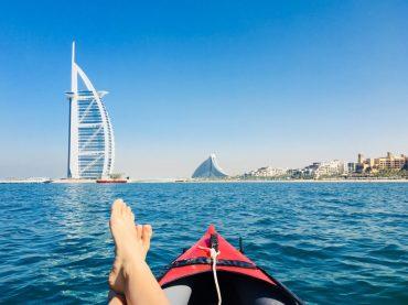 Paddeln mit dem knallroten Gummiboot im Persischen Golf zum Burg Al Arab
