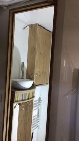 Die ersten Möbel sind platziert und das Waschbecken bereits mit Sina eingeklebt