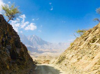 Wundervolle Landschaft auf dem Weg ins Wadi im Norden Omans