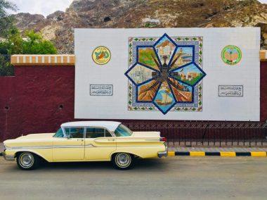 Das Bild auf dem Plakat zeigt die vielen Facetten Maskats, aber auch Omans