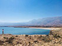 Blick auf White Beach an der Küste Omans