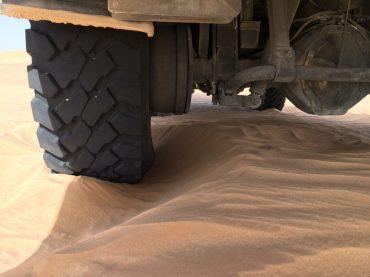 Hier kann man gut sehen, wie der Wind den Sand wegbläst und der Benz immer tiefer sinkt