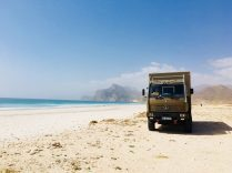 Unser Stellplatz am Meer hinter Salalah; dahinter beginnt die Passstraße Richtung Jemen