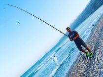 Erfolgreiches Angeln an der Küste Oman an der 49 in der Nähe von Salalah