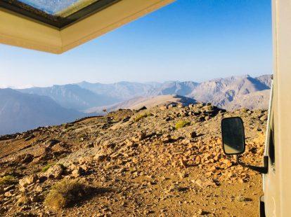 Der morgendliche Blick aus dem Fenster im Hajar-Gebirge auf Musandam