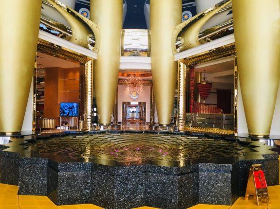 Auf dem Weg zur Lobby: musikalische Springbrunnen, die Musik platschen