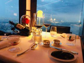 Dinner im Burj Khalifa: Unser Tisch am Fenster und mit einer perfekten Rose