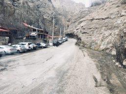 Auf dem Weg zum Skigebiet Schemschak. Da vorne ist der Felsen zu niedrig, die Straße zu schmal für den großen Benz. Wir kehren um...