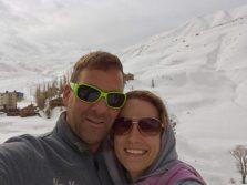 Im Skigebiet Dizin; hinter uns der Hotelkomplex und die Lifte. Leider war der Schnee schon matschig