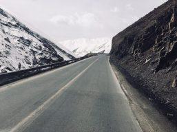 Wenn man aus den warmen, kargen Gebieten in die Berge kommt, überrascht ein solches Bild: weiße Berge im Iran