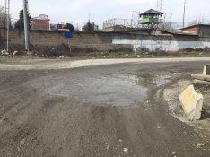 Die Straße bis zum Grenztor ist katastrophal. Hier muss man dem blauen Schild folgen, um zum Iranischen Zollgebäude zu gelangen