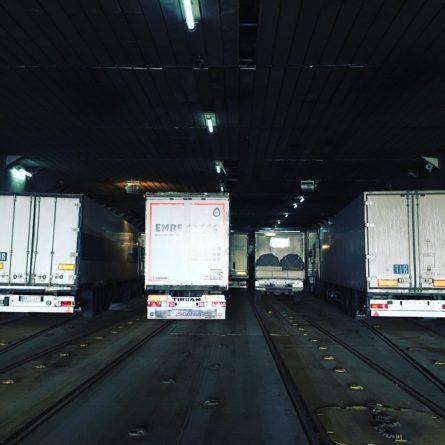 Eingeparkt auf der Fähre: leider müssen wir noch mal umpacken nach ganz rechts an die Bordwand