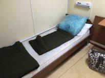 Unser Zimmer auf der Fähre: zwei einzelne Betten und ziemlich dreckig. Das Fenster kann man öffnen.
