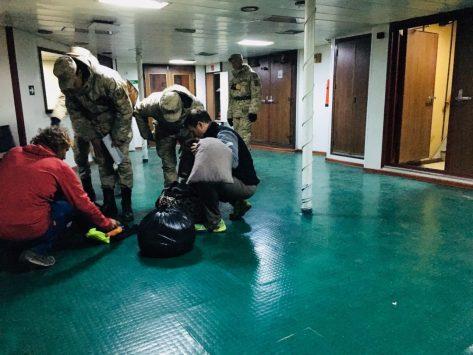 Erster Check durch die Soldaten im Hafen: nach dem Drogenspürhund müssen alle Sachen ausgepackt werden