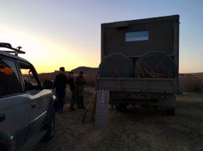Unerwarteter Besuch am Strand: die vier Kasachen