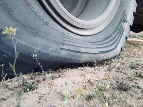 Die Luft ist raus: mit nur 1,5 Bar hinten fährt der Benz problemlos aus dem Sand