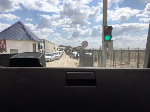 Vom Kasachischen Grenzbereich zum Usbekischen: wir haben zwar Grün, aber PKWs versperren die Weiterfahrt