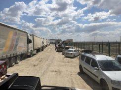 Auf zur Usbekischen Grenze: der Soldat hat uns den Weg freigemacht