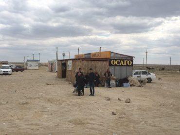 Die OSAGO in Usbekistan; eine der vielen Versicherungsbuden. Wir waren im gelben Gebäude ganz rechts, das auf dem Bild nicht zu sehen ist