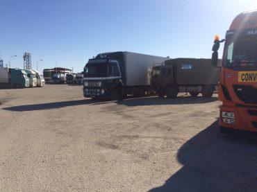 Auf dem Parkplatz im Hafen Aqtau