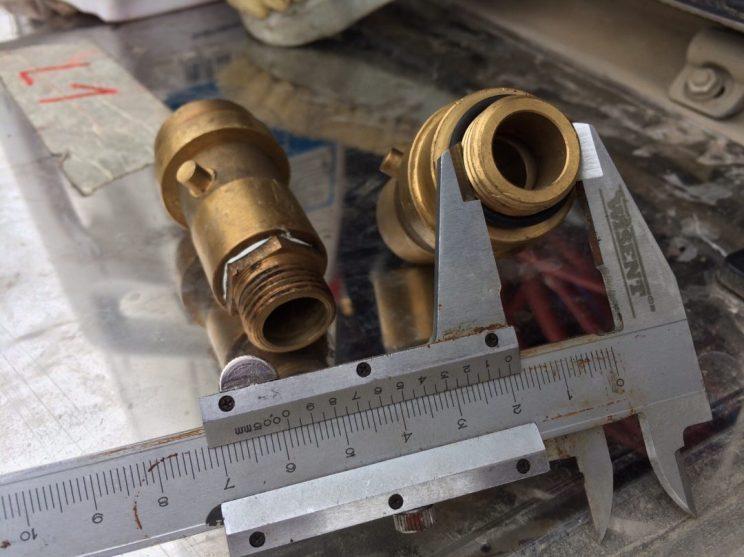 Adapterunterschiede: links 19 mm Innen-/Außengewinde, das Alex im kleinen Baumarkt erstehen konnte, rechts unser 3/4''-Adapter mit 20mm-Gewinde
