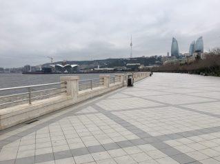 Großzügige Parkanlage entlang der Waterfront in Baku