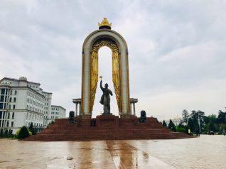 Mitten in Duschanbe: Statue des Ismoil Somoni