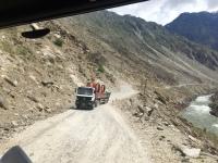 Entgegenkommende LKWs auf dem Pamir Highway