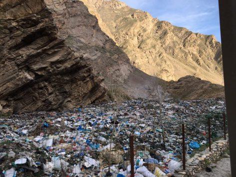 Trauriges Gegenbild: Mülldeponie in den Bergen; der Müll wird einfach hingeschüttet und verbrannt