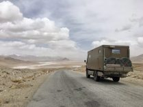 Auf dem Pamir Highway mit Blick auf den Sasykkul-See