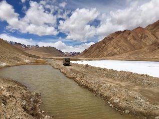 Pamir Highway - unser Benz passt sich der Umgebung an