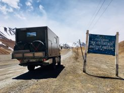 Einer der begehrtesten Fotospots: auf dem Weg zum höchsten Pass des Pamir Highway