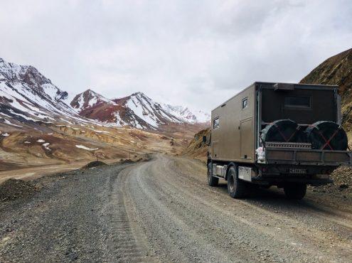 Pamir Highway - Blick in die Ebene nach dem höchsten Pass