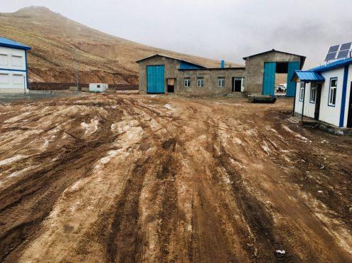 Auf dem Gelände der tadschikischen Grenzstation, rechts im weiß-blauen Gebäude befindet sich die Drogenbehörde