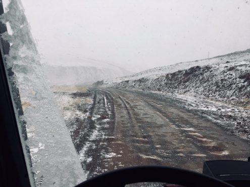 Auf dem Weg zur Kirgisischen Einreise über eine eisige Piste
