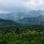 Wanderung am Sary Chelek: Bergkulisse bei Regen und Gewitter
