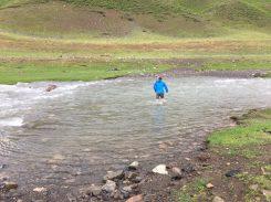 Alex prüft den Pegel des Flusses