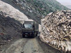 Die Schneewände auf der Piste zum Kara Buura Pass