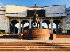 mitten in Bishkek: hier vor der Statue einer meiner Lieblingsschriftsteller: Tschingis Aitmatow