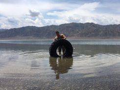 Alex planscht mit Reifen