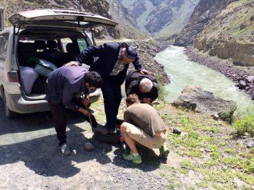 Radwechsel auf dem Pamir Highway: der Reifen muss irgendwie runter