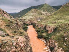 Da hinten fließen die beiden Flüsse zusammen; rot gewinnt