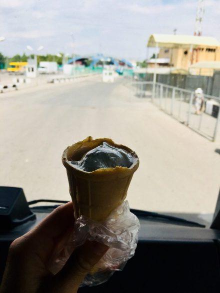 Geschenktes Eis vom Grenzbeamten
